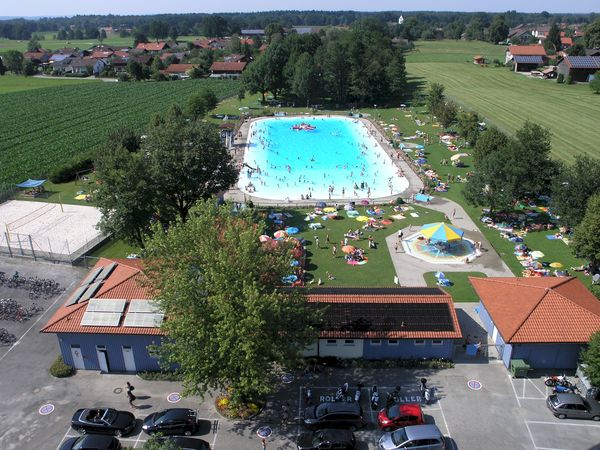 Luftaufnahme des Freibades Großholzhausen.