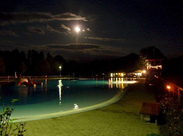Großholzhausner Freibad beim Sommernachtsschwimmen.