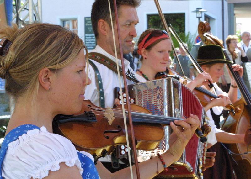 Geigenmusi beim drumherum Volksmusikspektakel in der Kreisstadt Regen