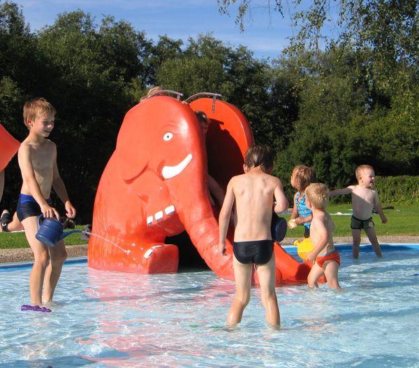 Kinderspaß an der Minirutsche im Regener Freibad
