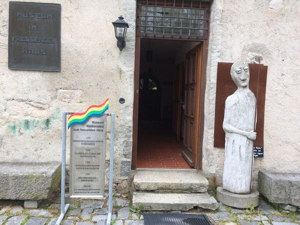 Der Eingang zum Museum im Fressenden Haus