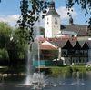 Wasserspiele beim Pichelsteinerfest mit Blick zur Regener Pfarrkirche