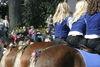 Reiterrücken auf Pferderücken beim Osterritt in Regen