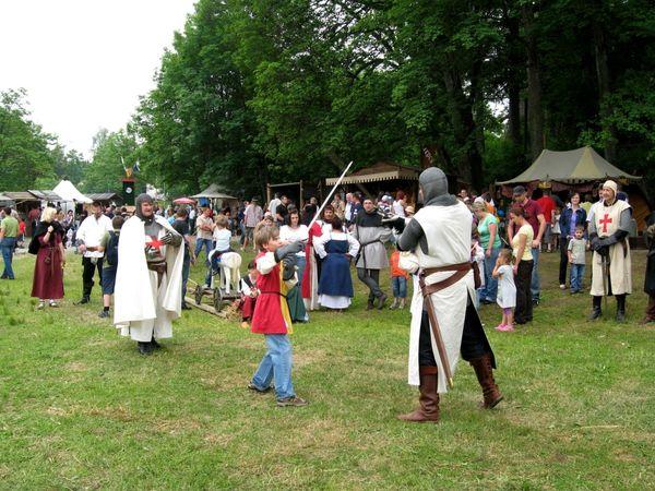 Kinderspaß beim Schwertkampf beim Ritterspektakel Weißenstein