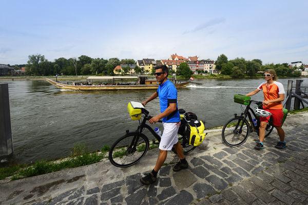 Radler an der Donau in Regensburg
