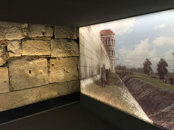 Beeindruckend in Szene gesetzt: Die alte Legionslagermauer in Regensburg