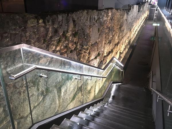 """Während des Parkhausbaus freigelegt und konserviert: die römische Wehrmauer von """"Castra Regina"""""""