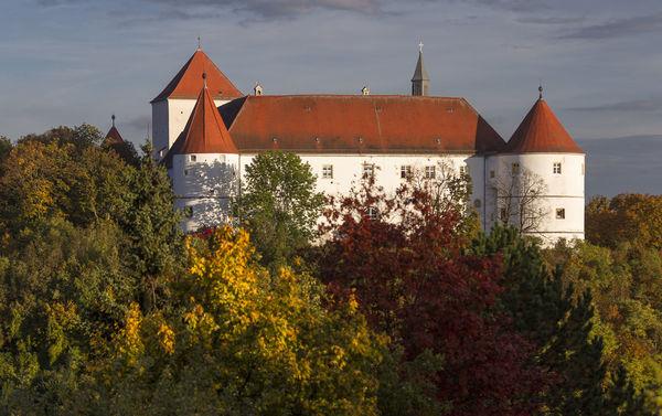 Das Schloss Wörth im Herbst