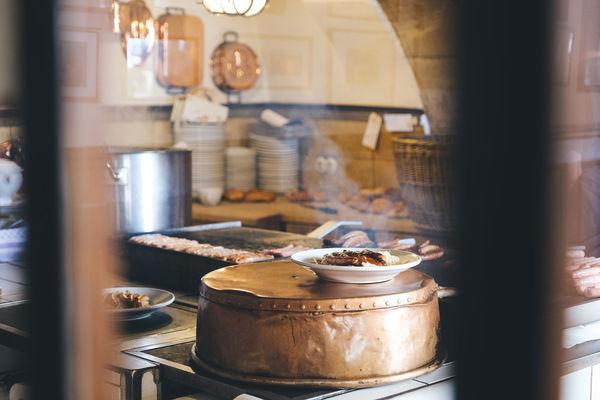 Die Bratwürste werden frisch auf dem riesigen Holzkohlegrill zubereitet.