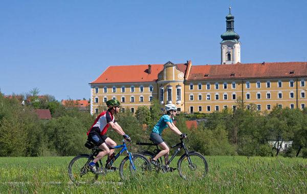 Der Regentalradweg mit Blick auf das Kloster Walderbach