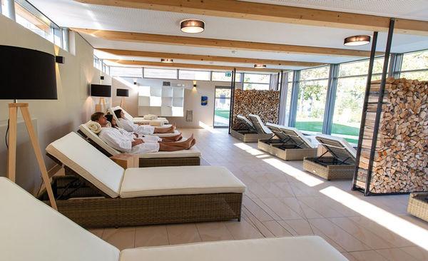 Der Außenruheraum der Regensburger Sauna lädt mit einem Ausblick in den Saunagarten zum entspannen ein.
