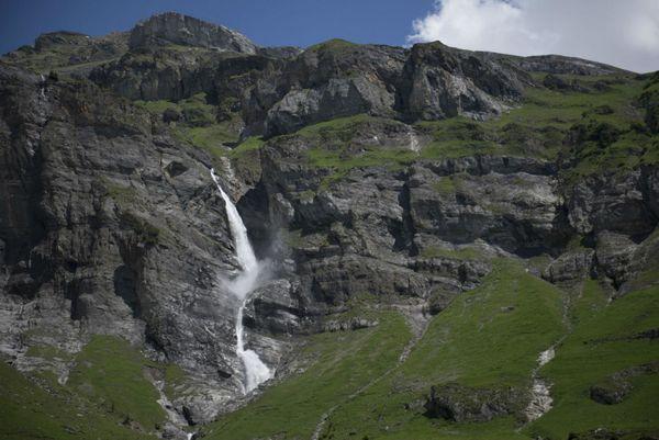 Tief herunterstürzende Wasserfälle