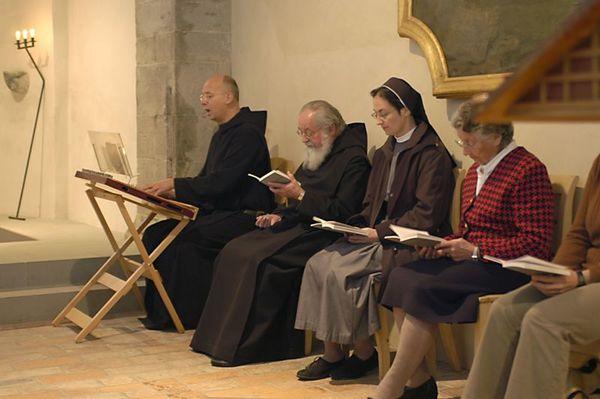 Patres u.a. beim Stundengebet in der Egino-Kapelle
