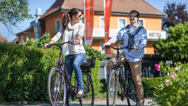 Ganter Hotel & Restaurant Mohren - Radfahrer vor dem Hotel