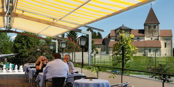 Hotel-Restaurant Kreuz - Terrasse mit Kirche St. Georg im Hintergrund