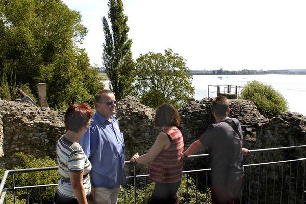 Aussichtsplattform in der Ruine Schopflen mit Besuchern