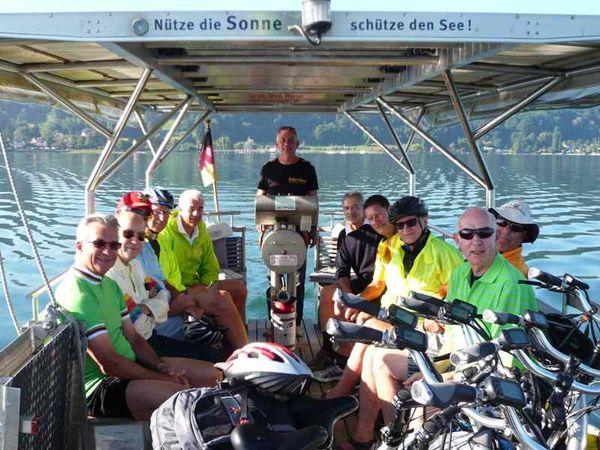 Solarfähre mit Fahrgästen und Rädern