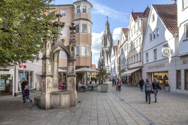 Reutlingen_Wilhelmstraße mit Marienkirche und Lindenbrunnen