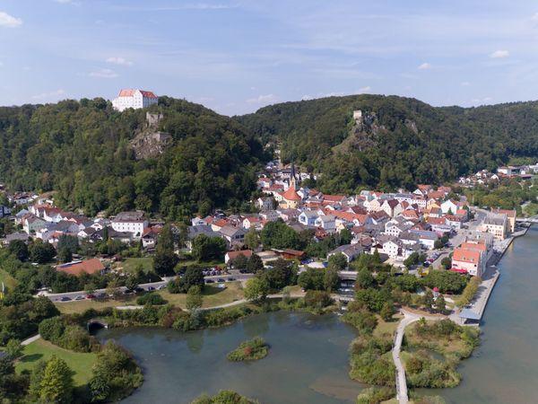 Blick auf Riedenburg mit Blick zur Rosenburg, den Burgruinen Tachenstein und Rabenstein und den Stadtweiher
