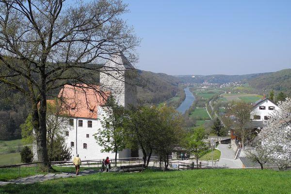Burg Prunn bei Riedenburg mit Blick ins Altmühltal