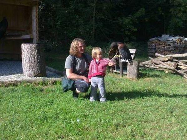 Auch die Kleinsten haben Spaß mit den Greifvögeln.