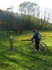 Radfahrer beim frühkeltischen Webhaus in Riedenburg-Prunn