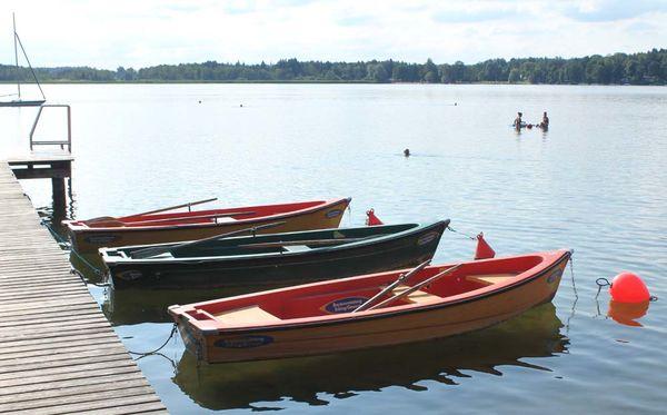 Boote am Steg des Simssees.