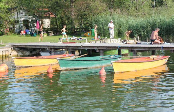 Steg mit Personen und Booten.