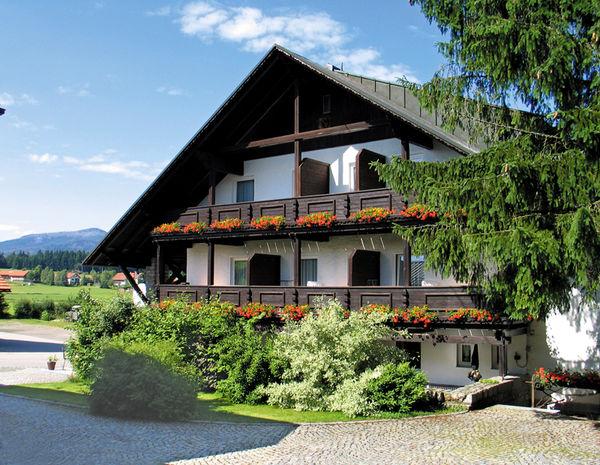 Blick auf das Hotel-Restaurant-Cafe Zum Friedl in Riedlhütte