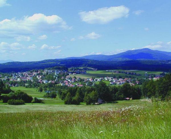 Perle an der Glasstraße! Der Ortsteil Riedlhütte in der Nationalparkgemeinde Sankt Oswald-Riedlhütte, zwischen den Hausbergen Rachel (1.453 m) und Lusen (1.373 m) gelegen, ist zu jeder Jahreszeit idealer Ausgangspunkt für Unternehmungen.