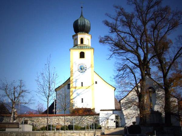Blick auf die Pfarrkirche ST. MICHAEL und Seelenkapelle (rechts) in Rimbach im Kötztinger Land