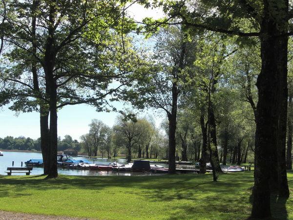 Liegewiese des Strandbades in Rimsting am Chiemsee.