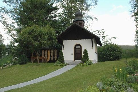 Blick auf die Dorfkapelle in Ellerbach in der Gemeinde Rinchnach