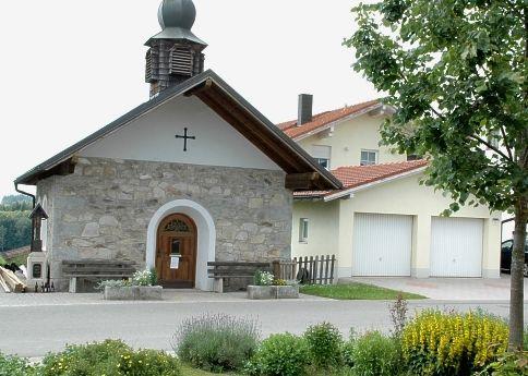 Blick auf die Dorfkapelle in Hönigsgrub in der Gemeinde Rinchnach