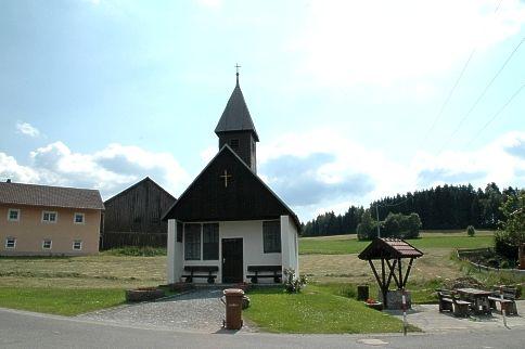 Blick auf die Dorfkapelle in Kandlbach in der Gemeinde Rinchnach