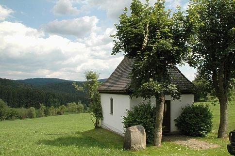 Blick auf die Dorfkapelle in Oberasberg in der Gemeinde Rinchnach