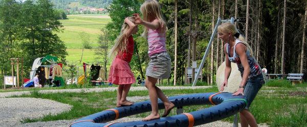 Spielende Kinder am Fledermaus-Waldspielplatz in Rinchnach