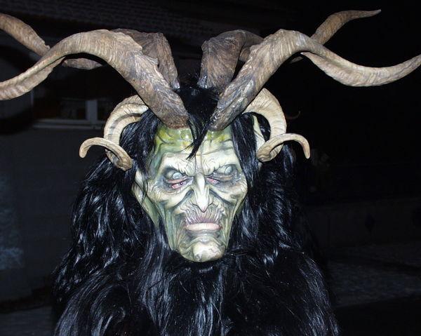 Gruselige Masken treiben beim großen Rauhnachtstreffen in Rinchnach ihr Unwesen