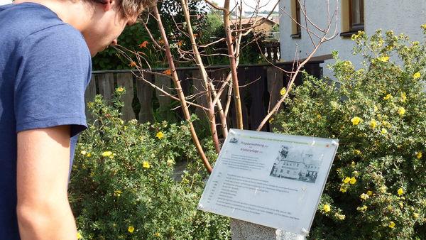 Übersichtstafeln informieren die Besucher über historische Gebäude