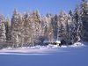 Blick auf die verschneite Skihütte im Langlaufgebiet bei Rinchnach im Bayerischen Wald