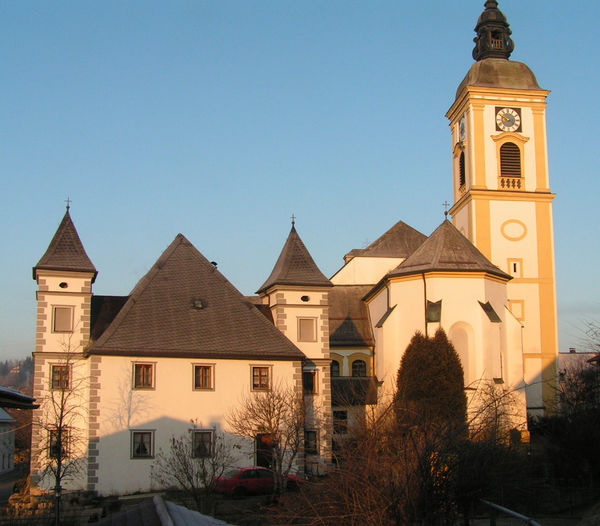 Blick auf die Klostergebäude mit Pfarrkirche im Klosterort Rinchnach