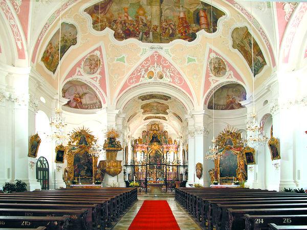 Sehenswerter Innenraum der Pfarrkirche im Klosterort Rinchnach