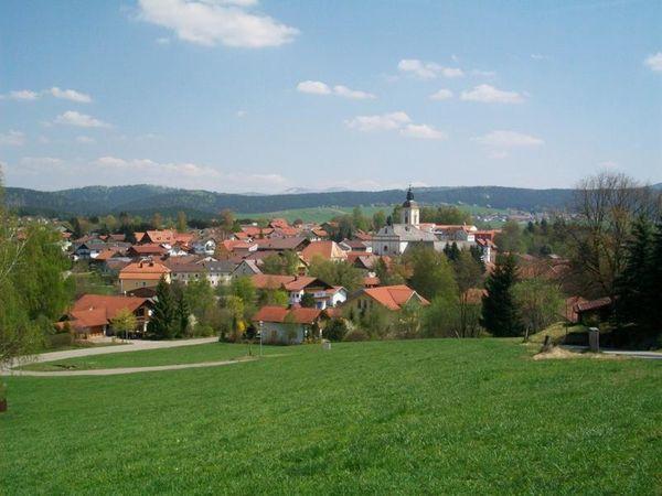 Sehr zentral im Herzen des Bayerischen Waldes in einem weiten Tal am Zusammenfluss zweier Bäche liegt der schöne Ferienort Rinchnach.