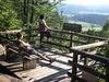 Wanderer genießen den tollen Ausblick von der Aussichtsplattform beim Frauenbrünnl