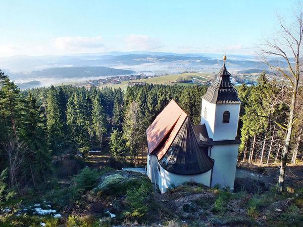 Die über 250 Jahre alte kleine Kirche im Rinchnacher Hochwald ist ein ganz besonderes Kleinod, sehr ruhig und besonders idyllisch gelegen.