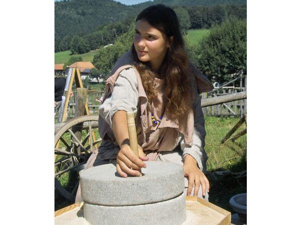Mehl mahlen im Keltendorf Gabreta bei Ringelai im Bayerischen Wald