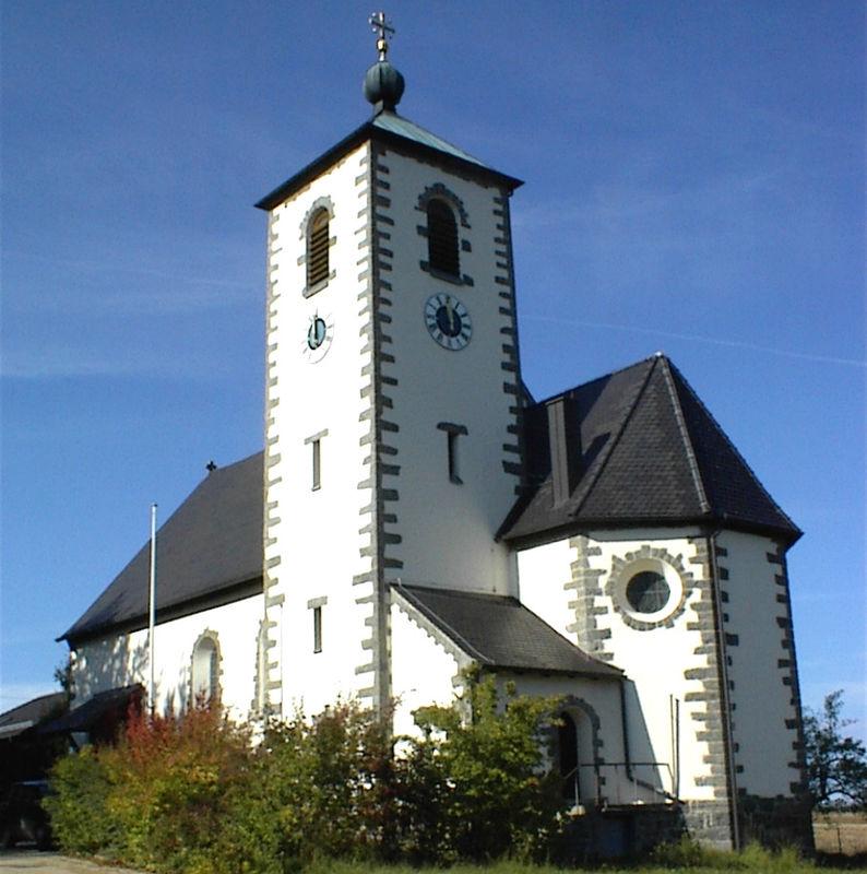 Blick auf die Filialkirche in Obertrübenbach (Ortsteil der Stadt Roding) im Land der Regenbogen