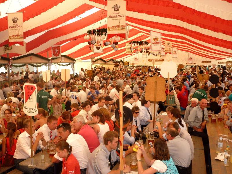 Tolle Stimmung und Unterhaltung im gemütlichen Festzelt beim Rodinger Volksfest