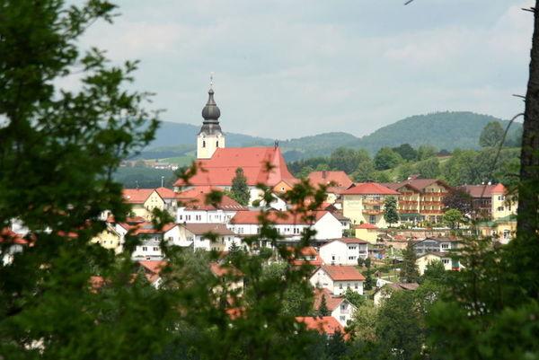 Röhrnbach, staatlich als Erholungsort anerkannt, präsentiert sich seinen Besuchern als beschaulicher Marktflecken im Bayerischen Wald. Die Naturverbundenheit der Menschen spiegelt sich auch in der örtlichen Handwerkskunst wider.
