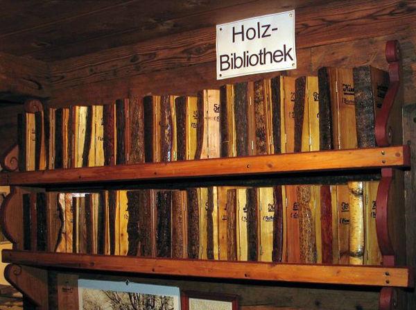 Zu den zehn Kammern gehört auch die 39-bändige Holzbibliothek.
